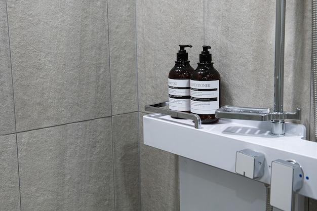 W łazience jest szampon i odżywka