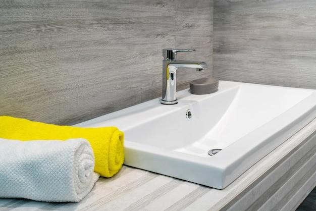 W łazience kran i umywalka. wnętrze pomieszczeń mieszkalnych.
