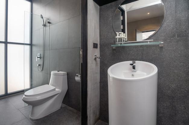 W luksusowej łazience znajduje się umywalka, muszla klozetowa