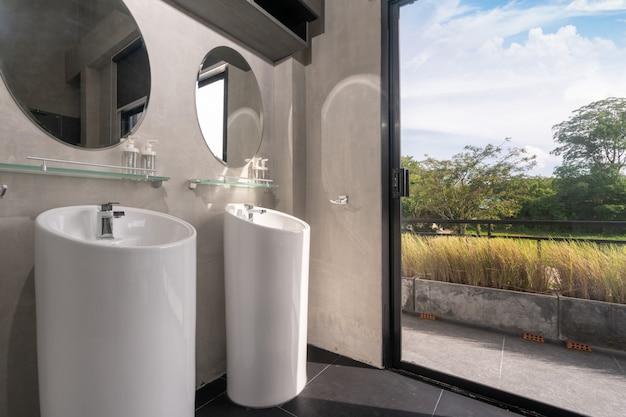 W luksusowej łazience znajduje się umywalka, toaleta w domu lub dom