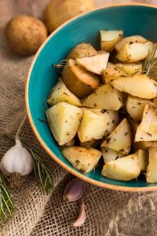 W misce połóż płasko smaczne ziemniaki