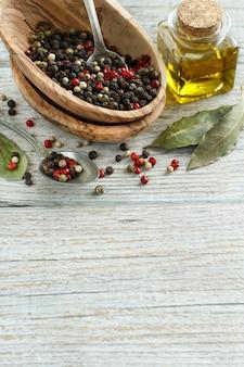 W misce wymieszaj pieprz, liście laurowe i oliwę z oliwek na drewnianym stole