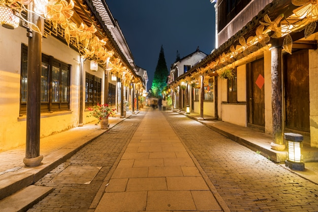 W nocy na ulicach starożytnego miasta zhouzhuang w suzhou w chinach