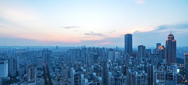 W nocy piękny panoramiczny widok na miasto w chongqing w chinach