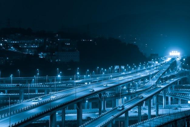 W nocy przecinający się wielokondygnacyjny wiadukt w chongqing w chinach
