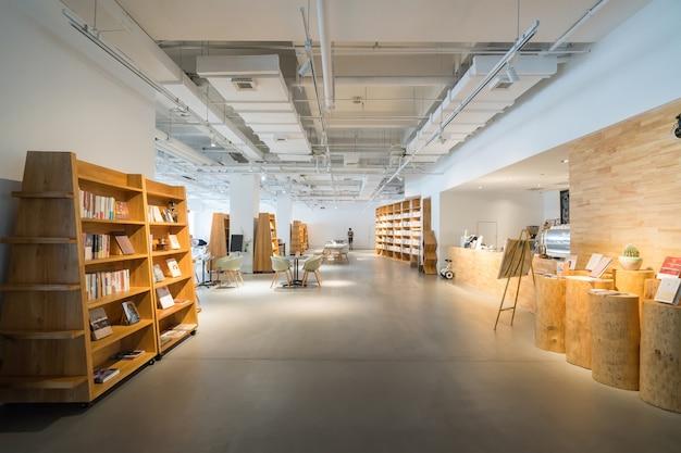 W nowocześnie urządzonej kawiarni jest wiele książek