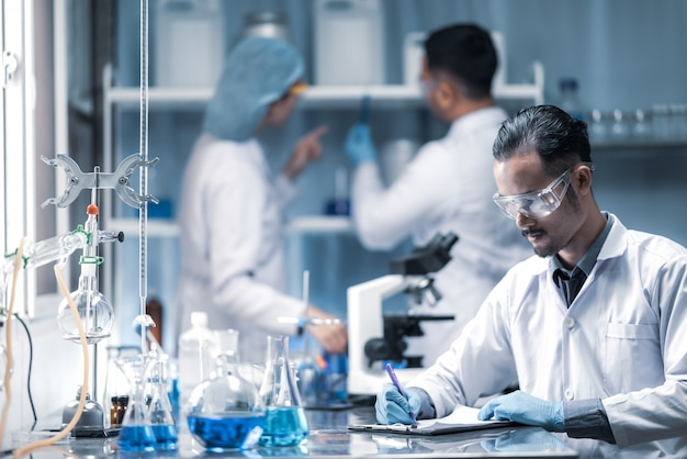W nowoczesnym zespole naukowców przeprowadzają eksperymenty, składające się z probówek szklanych i mikroskopów