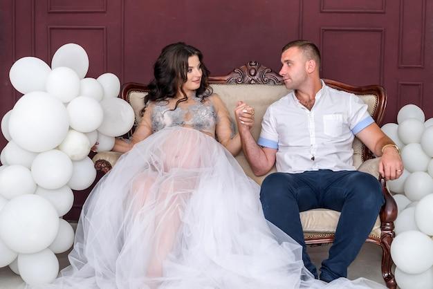 W oczekiwaniu. szczęśliwa para w ciąży w ubrania moda pozowanie