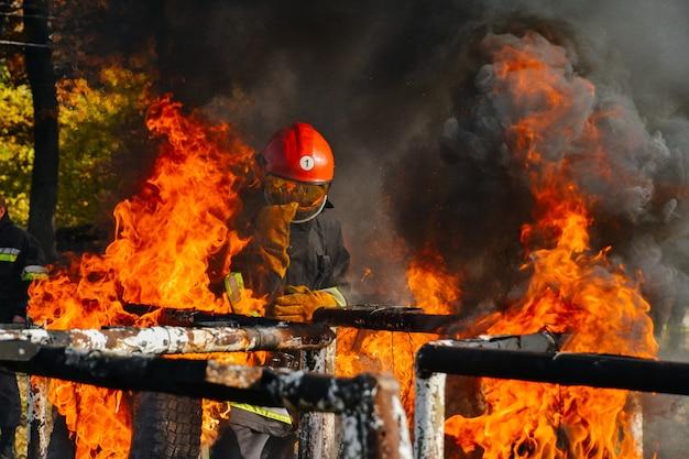 W ogniu strażak szuka potencjalnych ocalałych