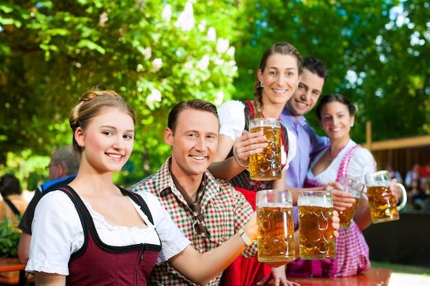 W ogródku piwnym - przyjaciele piją piwo