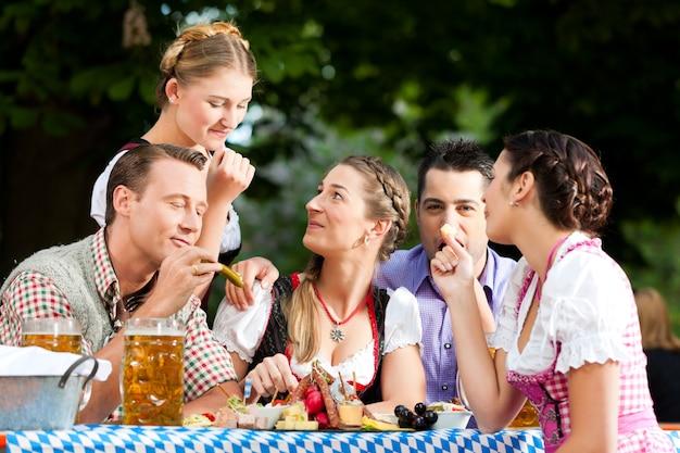 W ogródku piwnym - znajomi na stole z piwem