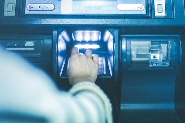 W operacji banku bankomatu wprowadź hasło