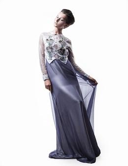 W pełni wzrostu. piękna modelka w modnej sukni wieczorowej. uroda i moda