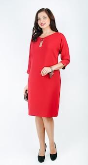 W pełnym wzroście. urocza kobieta model w stylowej czerwonej sukience. na białym tle