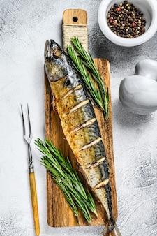W piekarniku pieczona cała ryba makrela z ziołami.