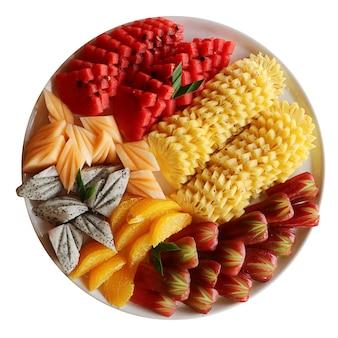 W plasterkach talerz owoców tropikalnych na białym tle