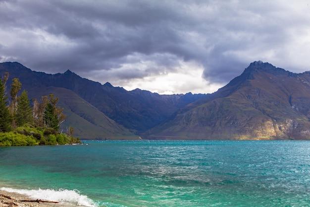 W pobliżu jeziora queenstown wakatipu wyspy południowej nowej zelandii