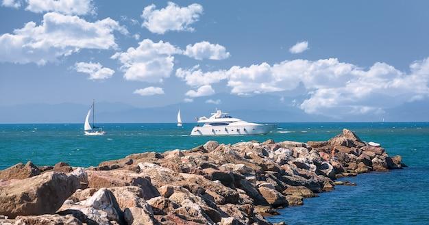 W pobliżu molo pływają jachty i żaglówki. morze śródziemne