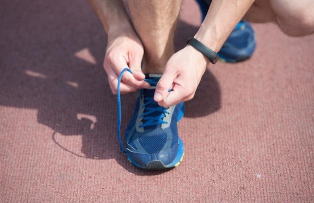 W pogoni za dobrym zdrowiem męskie dłonie koronkowe buty sportowe buty sportowe na boisku