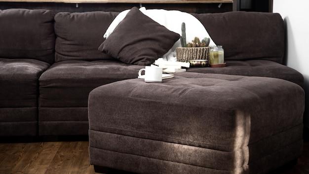 W pokoju przytulna duża kanapa. miejsce do odpoczynku i pracy w domu. koncepcja komfortu.