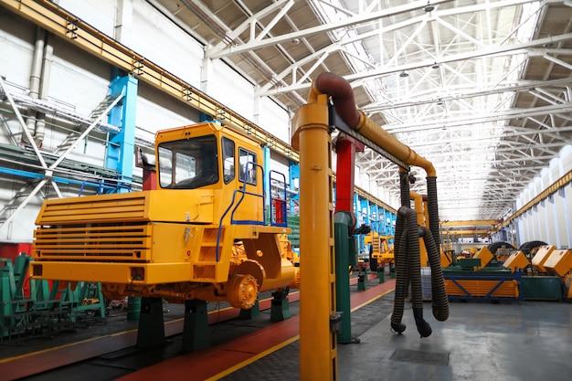 W połowie gotowy ciężki samochód stojący na końcu linii produkcyjnej