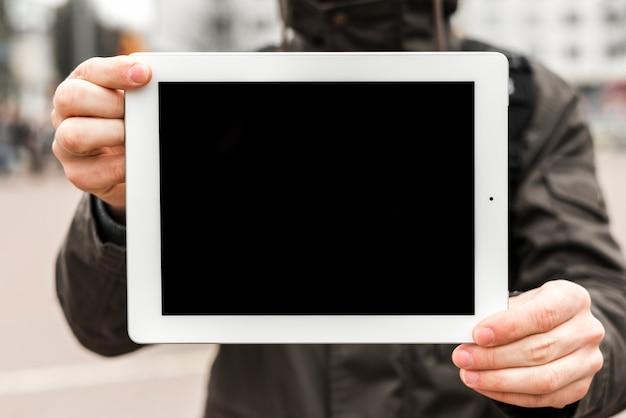 W połowie sekcja mężczyzna pokazuje cyfrową pokazu kopii przestrzeń dla pisać tekscie