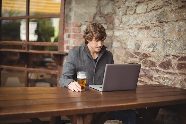 W połowie sekcja mężczyzna używa laptop