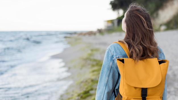 W połowie strzał kobieta z plecakiem na plaży