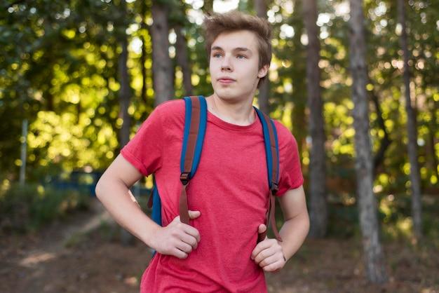 W połowie strzał mężczyzna z plecakiem w lesie