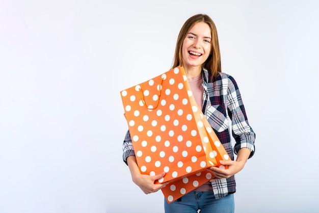 W połowie strzału kobieta trzyma dwa torby