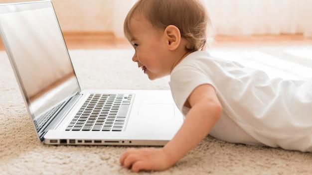 W połowie strzału słodkie dziecko i laptop