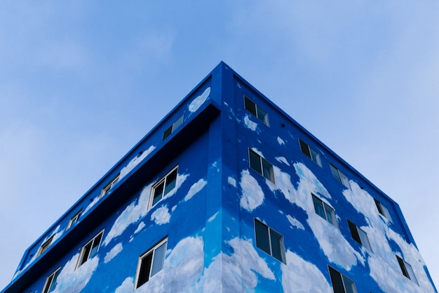 W połowie wykończony niebieski budynek strzał z niskiego kąta