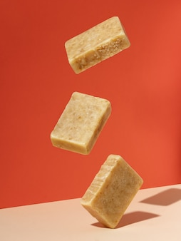 W powietrzu unoszą się organiczne kostki mydła. kreatywna koncepcja ręcznie robionych kosmetyków z naturalnych produktów ekologicznych.
