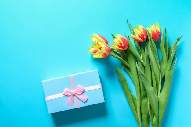 W prezencie bukiet tulipanów
