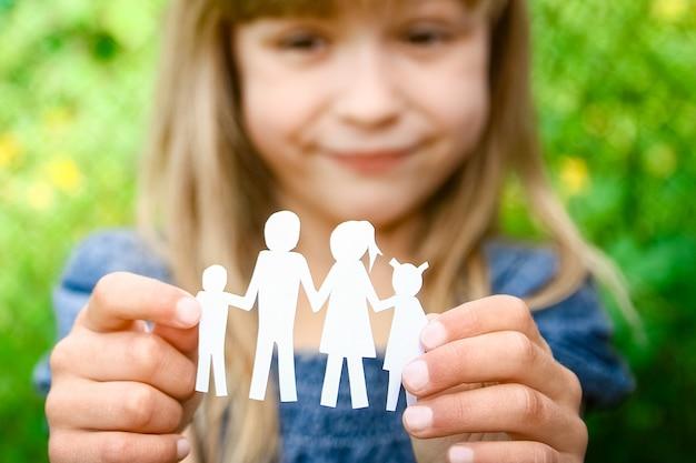 W rękach rodziny na papierze pomocniczym