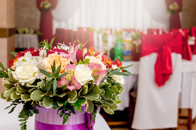 W restauracji stylowy bukiet kwiatów