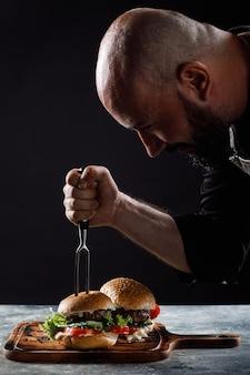 W restauracji szef kuchni gotuje burgery