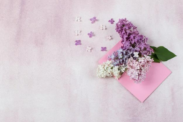 W różowej kopercie bukiet bzu