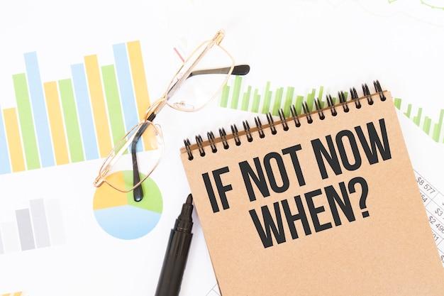 W rzemiośle kolorowym notatniku jest jak nie teraz, gdy napis, obok ołówków, okularów, wykresów i diagramów.