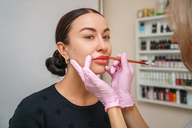 W salonie piękności u artysty tatuażu piękny zadowolony klient.