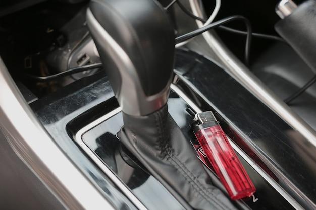 W samochodzie jest czerwona zapalniczka.