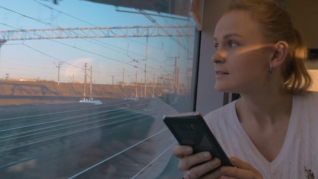 W sanktpetersburgu w pociągu jedzie młoda dziewczyna i wygląda przez okno