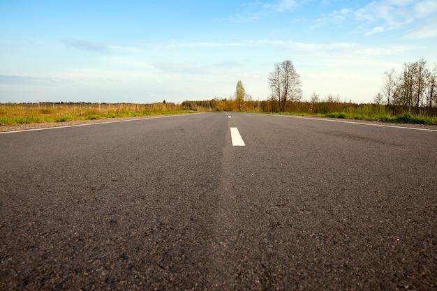 W sezonie wiosennym droga asfaltowa, zbudowana między dwoma polami i jeziorami przez rezerwat