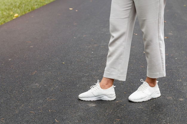 W średnim azji starzejąca się kobieta ono uśmiecha się i jogging w parku.