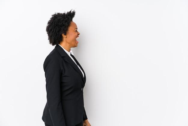 W średnim wieku african american businesswoman krzycząc w kierunku miejsca na kopię