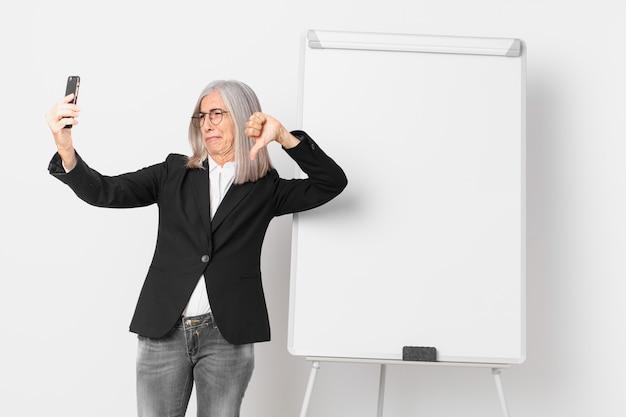 W średnim wieku białe włosy businesswoman z pustej przestrzeni kopii zarządu.