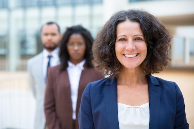 W średnim wieku bizneswomanu ono uśmiecha się