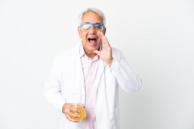 W średnim wieku brazylijski naukowiec naukowy na białym tle na białym tle krzycząc z szeroko otwartymi ustami