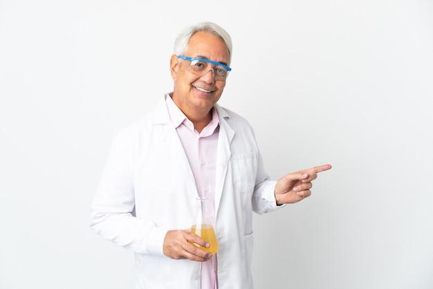 W średnim wieku brazylijski naukowiec naukowy na białym tle wskazujący palec w bok
