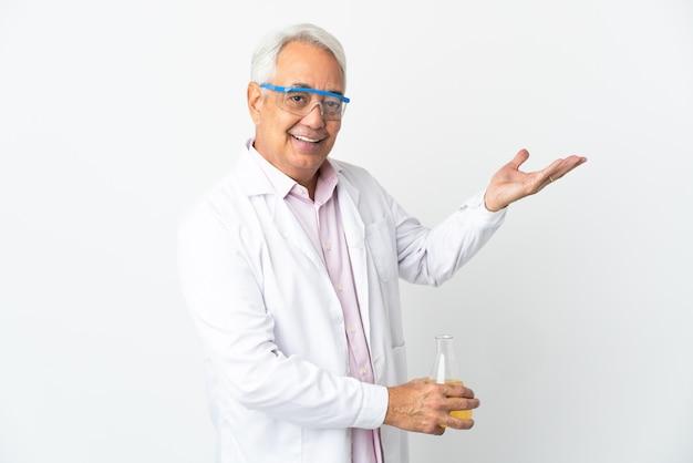 W średnim wieku brazylijski naukowiec naukowy na białym tle wyciągając ręce na bok za zaproszenie do przyjścia